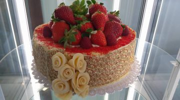 svadobna-torta-jahodova-intersport-hotel-stupava